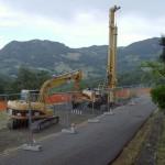 Esavatore e trivella realizzano pali trivellati per consolidamento stradale. Cliente: Bonifica Emilia Centrale, Località La Noce, Reggio Emilia.