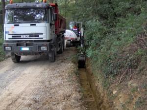 Scavatore realizza scavo per posa condotte stradello di accesso al Castello di Bianello, Reggio Emilia. Cliente IREN.
