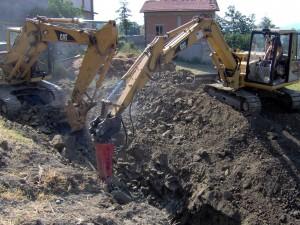 Demolizione con martellone di terreno roccioso
