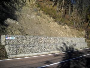 Gabbioni prefabbricati in metallo per consolidamento e sostegno stradale sp98,  in località La Costa.