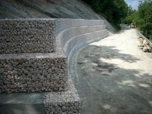 Gabbioni prefabbricati in acciaio zincato con pietrame, per realizzazione muro di contenimento.