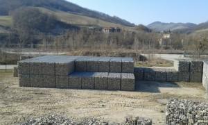 Stoccaggio di gabbioni autoportanti prefabbricati per consolidamento. Disponibili in pronta consegna presso stabilimento di produzione Bertoia a Reggio Emilia