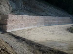 Gabbioni prefabbricati realizzano muro di sostegno per consolidamento stradale.