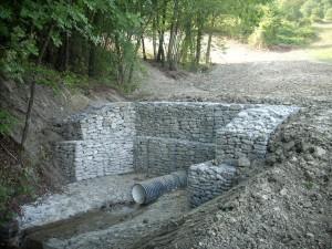 Gabbione in pietra per realizzazione opera di sostegno e sistemazione canale di scarico