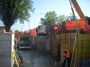 Posa in opera di elementi prefabbricati in cemento con utilizzo di gru. Bonifica Emilia Centrale, Mancasale, Reggio Emilia