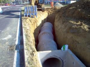 Posa di tubi in cemento per fognatura presso Sassuolo, provincia di Modena. Cliente: HERA