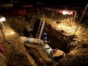 Scavo con alloggiato tubi in accaiaio per acquedotto