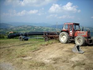 Sfilamento tubazioni prima della posa in opera presso Casina, Reggio Emilia